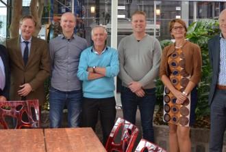 Op de foto v.l.n.r. : Hans Tigges (Wethouder), Frank Streng (Burgemeester), Danny Rood (KaRo), Piet Rood (KaRo), Arjan Rood (KaRo), Joset Fit (Wethouder), Jaap Zwaan (Directeur Gemeente Medemblik)