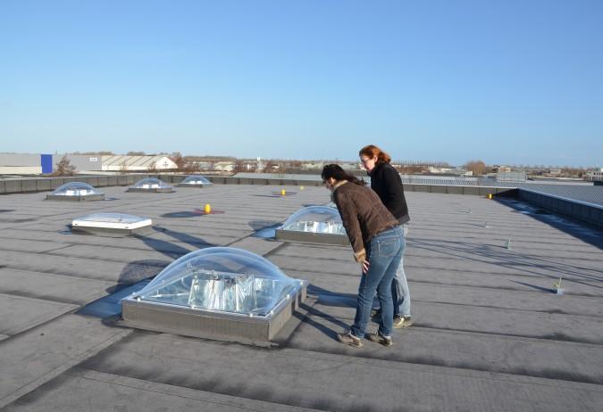 Mary en Wilma op dak bij lichtkoepels met spiegels